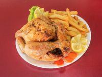 Pollo entero al horno con papas al horno o papas fritas