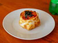 Canastita de queso, tomate y albahaca