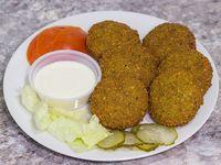 Faláfel (8 unidades) + salsa árabe chica + una bebida en lata 350 o un dulce árabe a elección