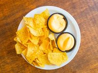 Nachos con queso cheddar