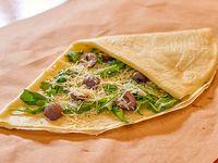 Crepe relleno con rúcula, queso parmesano y aceitunas negras