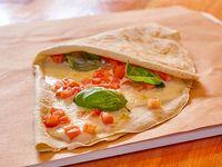 Crepe relleno con muzzarella, tomate y albahaca