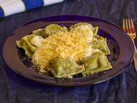 Panzotis caprese con masa de espinaca y salsa