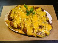 Milanesa en salsa de queso cheddar con guarnición (para dos)