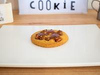 Cookie con maní, paraliné de maní, caramelo con manteca salada