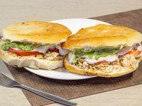 2 Sándwich (14 cm) de ave con tomate, palta y mayonesa + 1 bebida de 350 ml