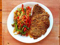 Milanesa de carne con verduras salteadas