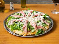 Pizza de jamón crudo y rúcula
