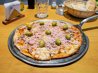 Pizza muzzarella con jamón