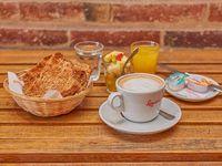 Light - Café con leche + 3 tostados + marmelada +queso untable + ensalada de fruta