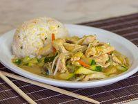 Porción de chapsui de pollo con arroz chafán (individual)