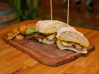 Sándwich de pechuga de pollo a la Tailandesa con papas fritas
