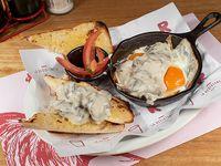 Par de huevos con champiñones y queso azul