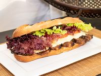 Sándwich de carne con  papas rústicas