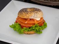 Bagel de salmón con papas rústicas