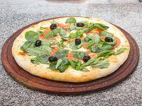 Pizza muzzarella con albahaca