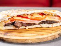 Sándwich de churrasco completo.