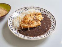 Feijão con arroz, suprema de pollo, cebolla caramelizada y farofa