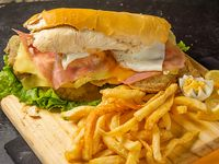 Sándwich de milanesa completa con guarnición