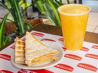 Jugo de naranja exprimido + tostado de jamón y queso