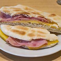 Sándwich de jamón y queso tostado árabe