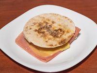 Tostado árabe de jamón y queso