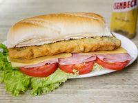 Super sándwich de escalope completo con papas bastón