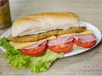 Super sándwich de milanesa completo con papas bastón