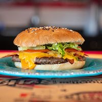 Combo - Hamburguesa con bacon + papas fritas + bebida