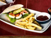 Sándwich vegetariano + papas fritas + salsas