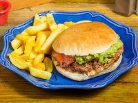 Sándwich mepato con papas fritas