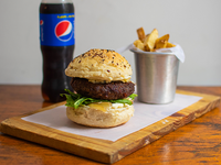 Combo 7 - Hamburguesa parisina + papas fritas + gaseosa línea Pepsi