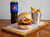 Combo 1 - Hamburguesa cheesebuger + papas fritas + gaseosa línea Pepsi