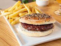 Hamburguesa solitaria con papas fritas
