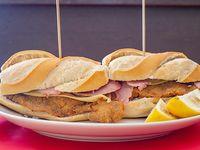 Sándwich de milanesa de ternera con jamón y queso