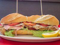 Sándwich de milanesa de ternera con lechuga y tomate