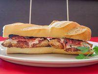 Sándwich de milanesa de ternera con tomate y queso