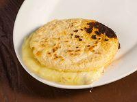 Arepa rellena de chicharrón y queso