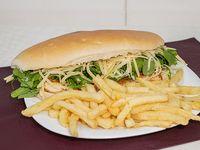 Sándwich de pollo grillé con rúcula y parmesano con papas fritas