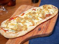 Pizza muzzarella con cebolla caramelizada y roquefort
