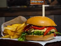 Burger con champignon, provolone y papas fritas