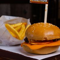 Burger doble queso con papas fritas