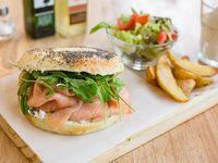 Sándwich en bagel de salmón ahumado