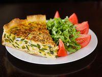 Tarta de zapallitos con ensalada de tomate y albahaca