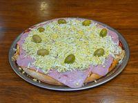 Pizza de muzzarella, jamón y huevo