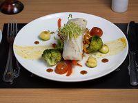 Merluza austral con salsa satay y verduras de temporada