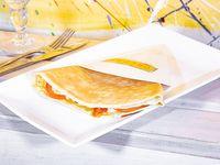 Crepe de provolone, ajíes asados y tomate