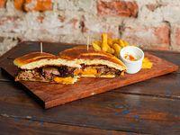 Sándwich brisket + papas fritas