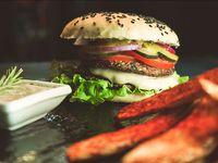 Doble Hamburguesa Vegana Dakota con guarnición de papas fritas