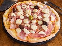 Pizza con mozzarella, jamón natural y palmitos